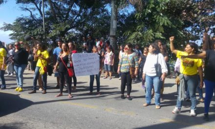 Profissionais da saúde e educação de Cabo Frio fecham ponte que liga Tamoios a Barra de São João