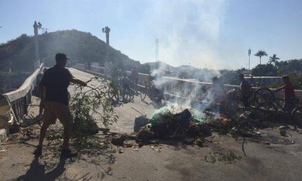 Coveiros de Cabo Frio paralisam atividades e familiares de mortos fecham ponte do centro