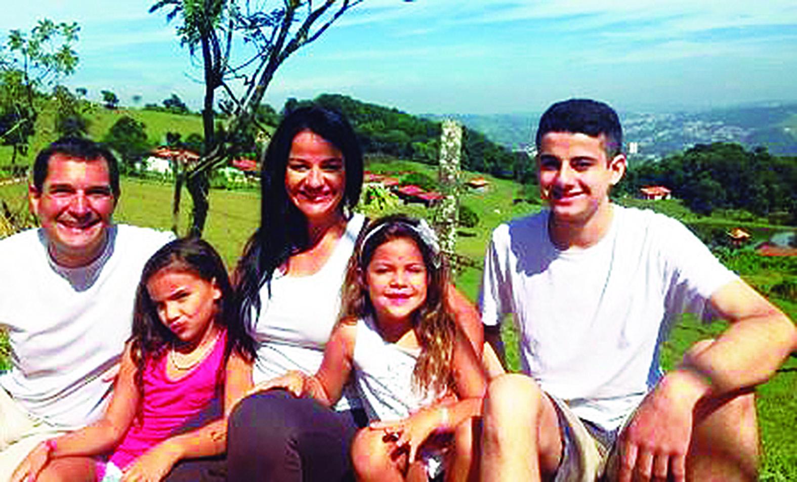 Família que decidiu viajar o mundo em um ônibus escolhe Cabo Frio como primeiro destino