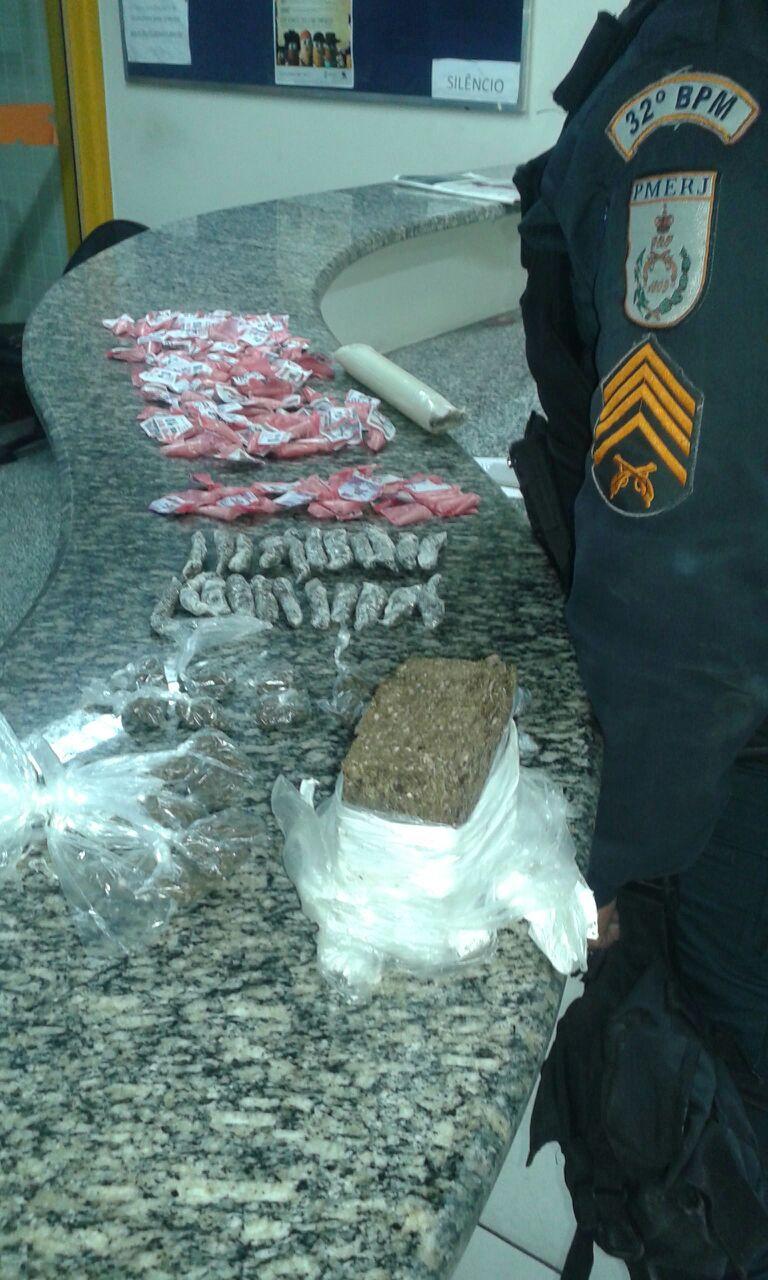 Dois são presos por tráfico de drogas em Rio das Ostras