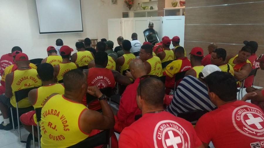 Guarda-vidas de Arraial do Cabo fazem treinamento para resgates com helicóptero do Corpo de Bombeiros