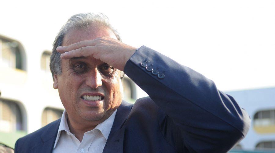 Pezão promete usar dinheiro da venda da CEDAE para pagar salários atrasados