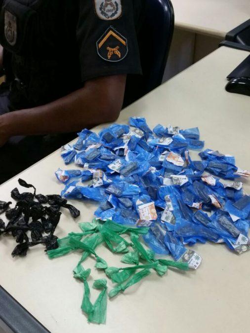 PM apreende drogas na casa de suposto traficante em Macaé