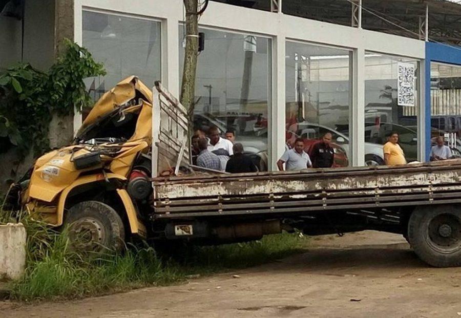 Motorista de caminhão morre ao bater em ponto de ônibus na RJ-106 em São Pedro da Aldeia