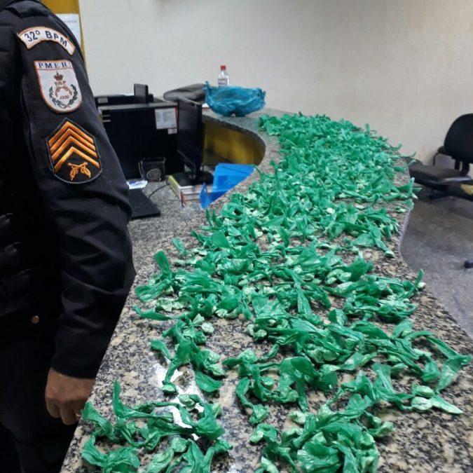 PM apreende drogas na comunidade do Botafogo, em Macaé