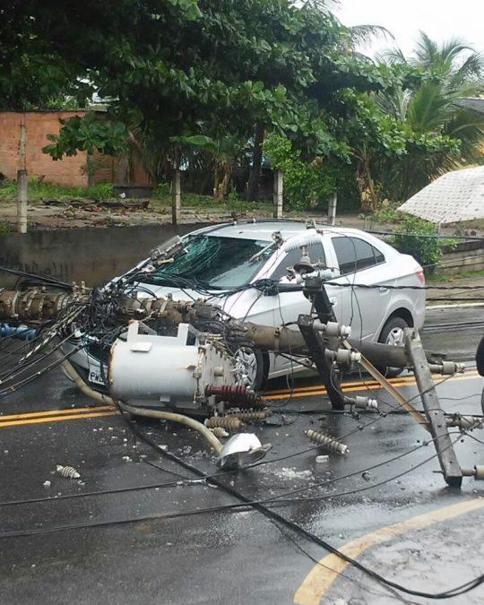 Poste cai em cima de carro em movimento em Macaé