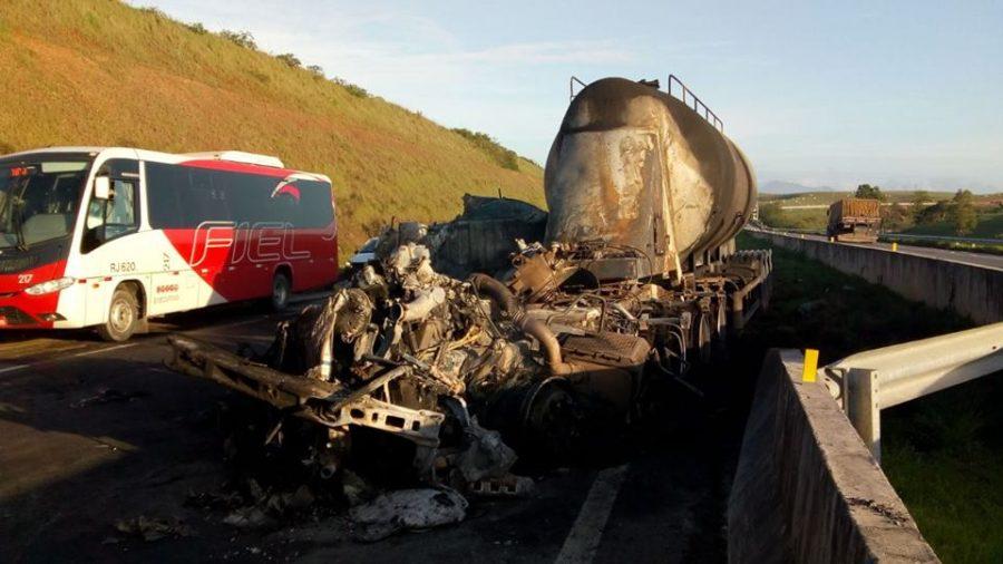 Carreta de cimento pega fogo e motorista fica gravemente ferido na BR-101 em Carapebus