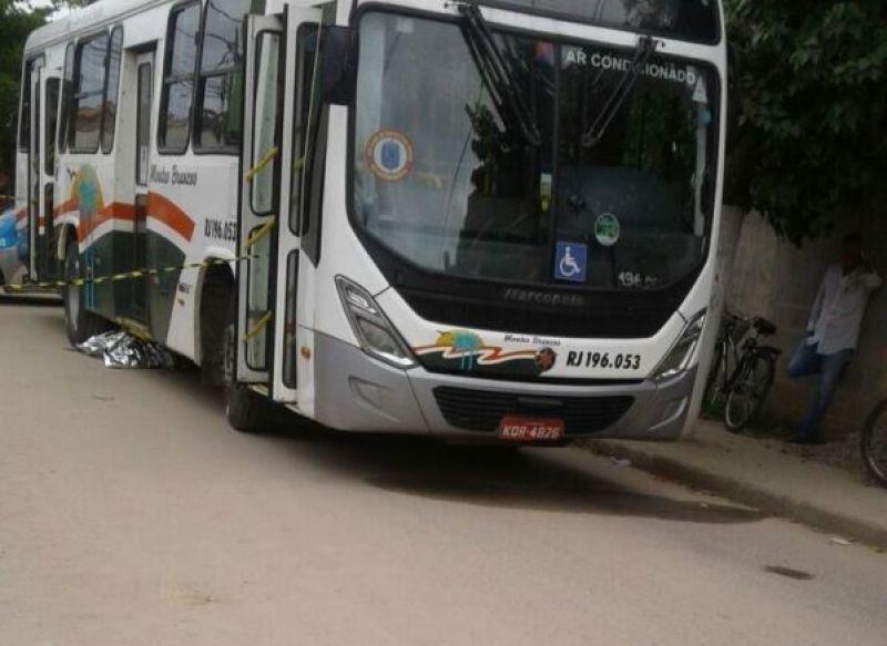 Mulher morre ao ser atropelada por ônibus em São Pedro da Aldeia