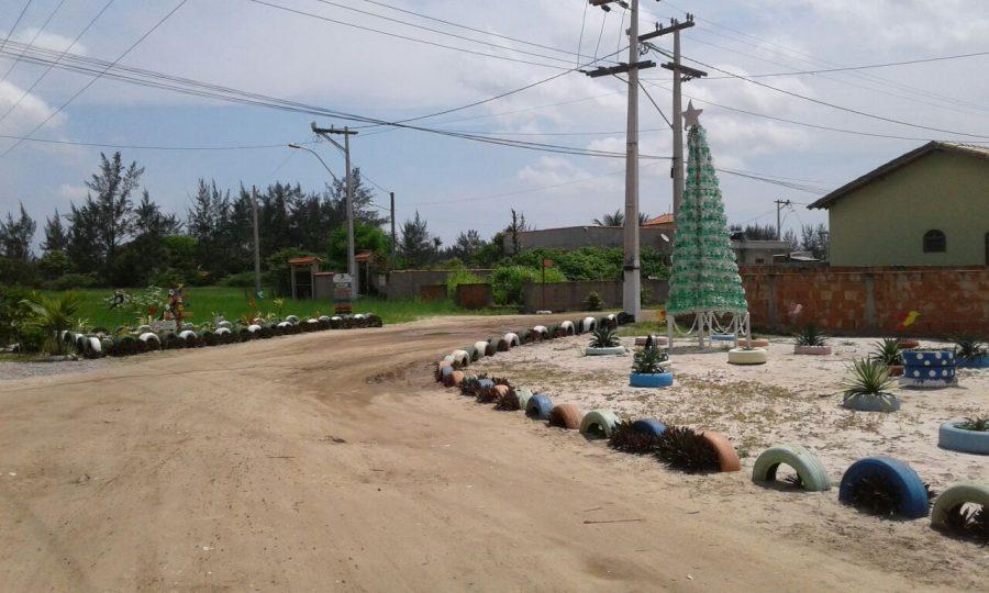 Moradores de Tamoios, em Cabo Frio, criam ornamentação de Natal sustentável