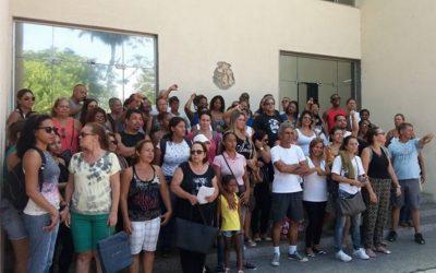 Servidores de Cabo Frio protestam na porta da Prefeitura devido a salários atrasados