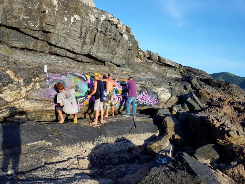 Turistas são flagrados pichando pedras da Praia Brava em Cabo Frio