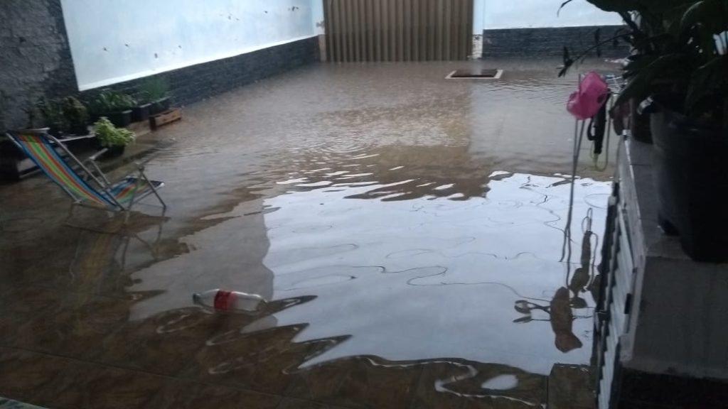 Água da chuva invadiu casa no bairro Liberdade, em Rio das Ostras.