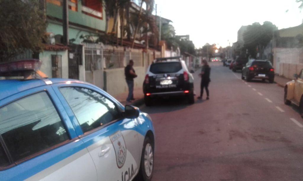Policiais cumprem mandados de prisão em Macaé.